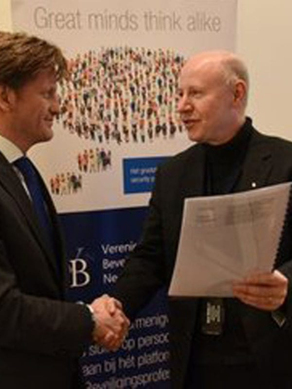 Berndt Rif voorzitter van de Themagroep Fysieke Beveiliging en Pieter Christiaan van Oranje, Voorzitter van de VBN